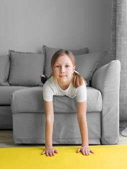 Chica en casa en sofá
