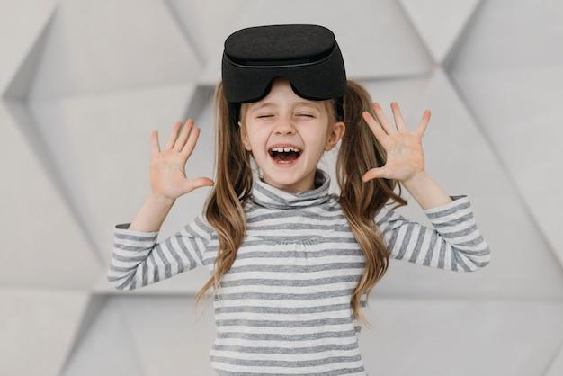 Chica con casco de realidad virtual y ser feliz