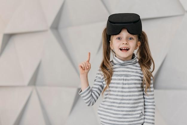 Chica con casco de realidad virtual