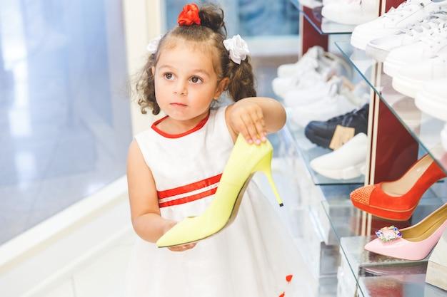 Chica en el centro comercial elige zapatos