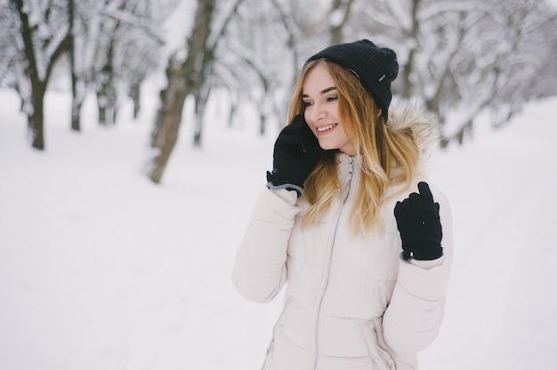 Chica en una chaqueta blanca