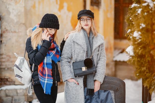 Chica en una ciudad de invierno