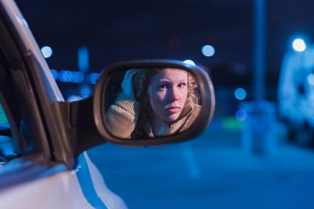 Chica en coche de noche