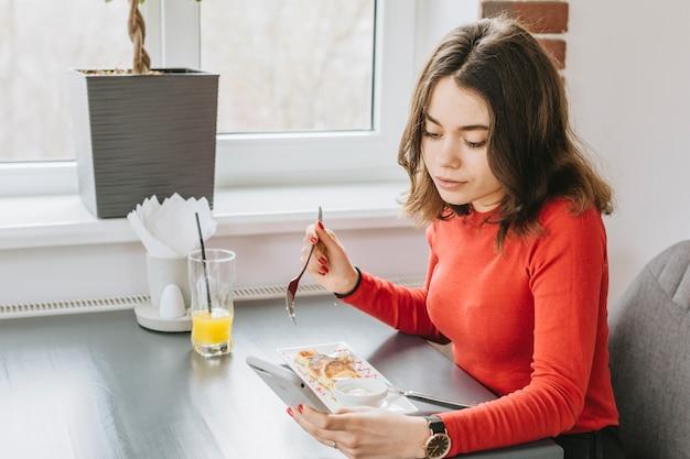 Chica comiendo en un restaurante