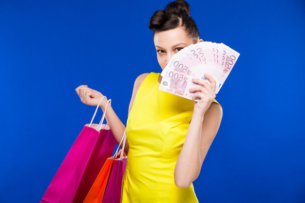 Chica con compras y dinero