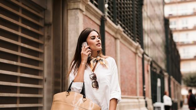 Chica de compras hablando por teléfono