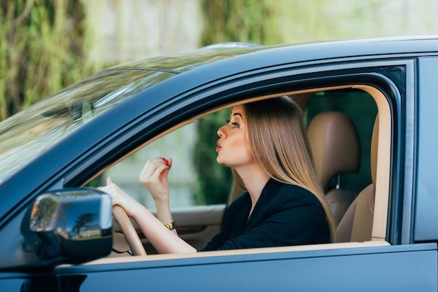 Chica conduce un coche con diferentes gestos y emociones.
