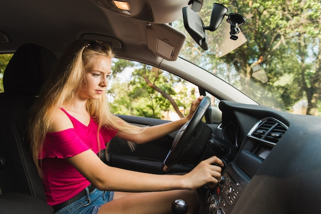 Chica confundida inserte la llave del coche