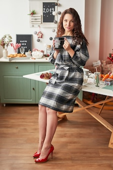 Chica con una copa en la cocina de año nuevo