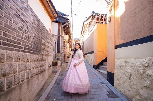 Chica coreana con hanbok, retrato mujeres asiáticas vistiendo hanbok en las casas de estilo tradicional de la aldea de bukchon hanok en seúl.