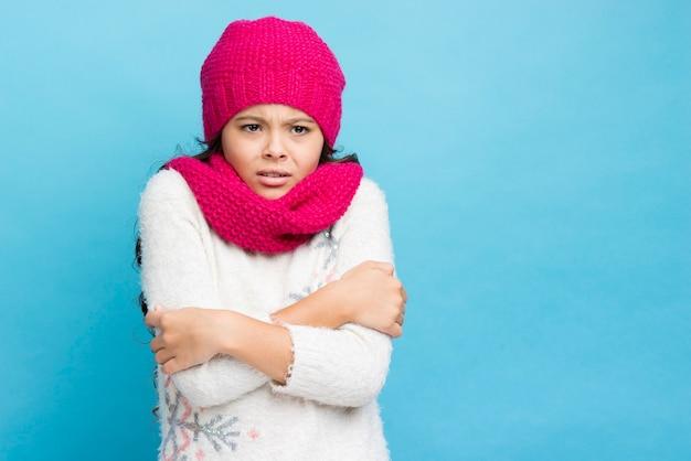 Chica cruzando los brazos y ser fondo azul frío