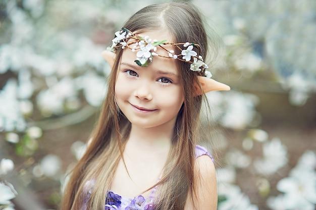 Chica de cuento de hadas. retrato de niño elfo místico. personaje cosplay.