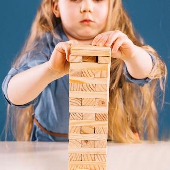 Chica de cultivos jugando jenga