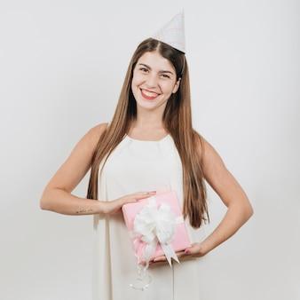 Chica cumpleañera posando con un regalo