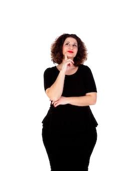Chica curvilínea pensativa con vestido negro