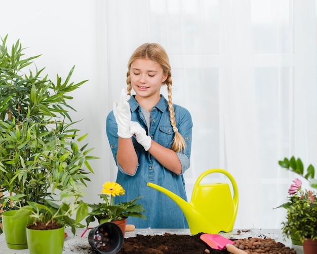 Chica con delantal en invernadero