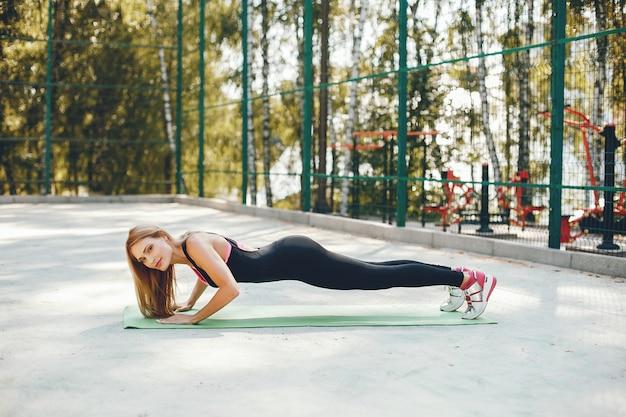 Chica de deportes en un parque de verano por la mañana