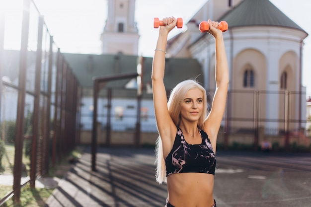 Chica deportiva entrenando al aire libre