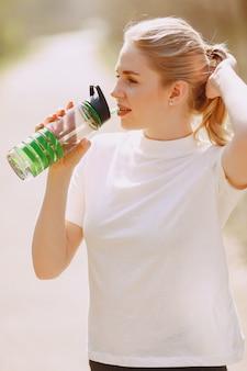 Chica deportiva entrenando en un bosque de verano