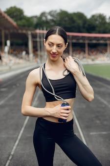 Chica deportiva entrenando en el estadio