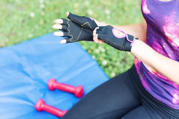 Chica deportiva en el estadio. estadio de fútbol. mujer delgada fitness deportivo. botella shaker protein. concepto de medios sociales y fitness.