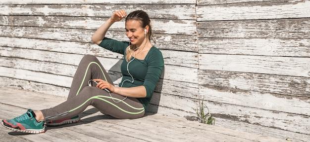 Chica deportiva fitness descansando después del ejercicio