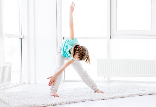 Chica deportiva haciendo ejercicio de molino de viento