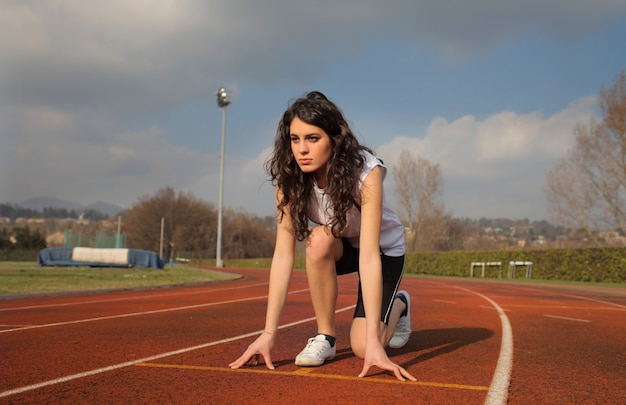 Chica deportiva en una pista de atletismo