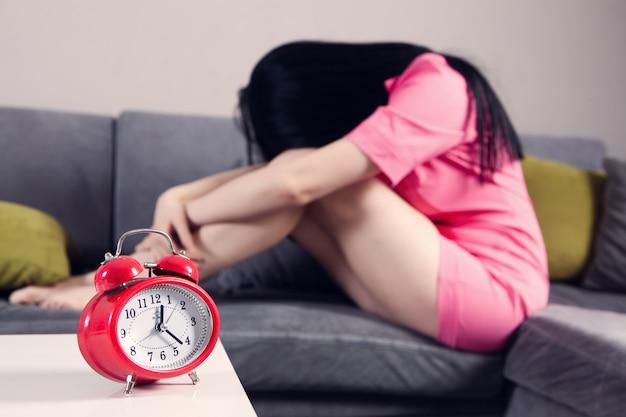 Chica deprimida no puede dormir hasta tarde en la noche cansada