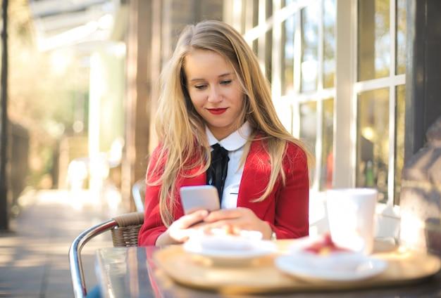 Chica desayunando en un bar.