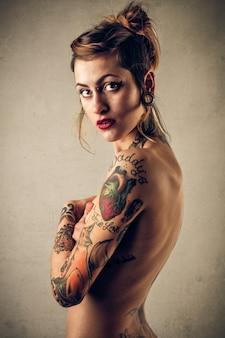 Chica desnuda tatuada