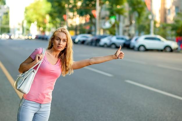 Chica detiene el coche en la ciudad