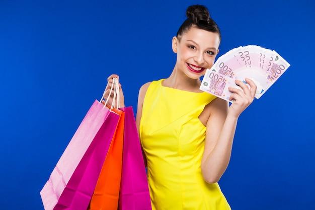 Chica con dinero en ropa