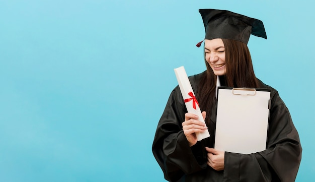 Chica con diploma y espacio de copia