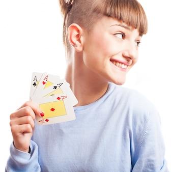 Chica distraída mostrando sus cartas