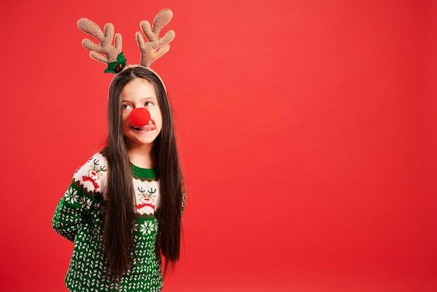 Chica divertida en traje de navidad