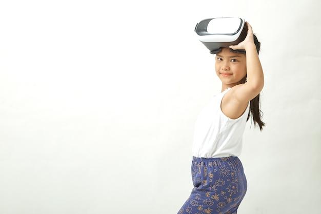 Chica divirtiéndose con casco de realidad virtual