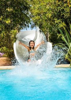 Chica divirtiéndose en el parque acuático