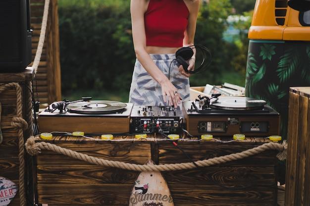 Chica dj tocando discos de vinilo