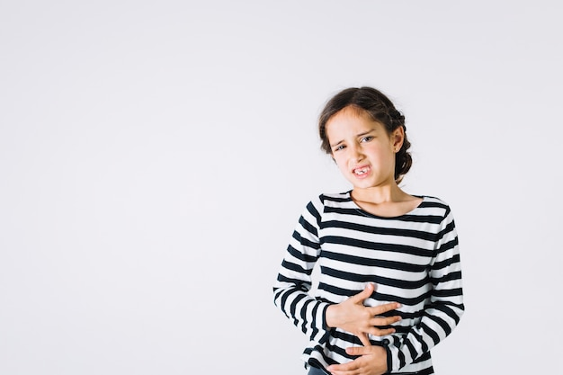 Chica con dolor de estómago