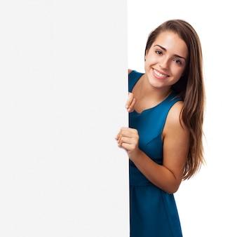Chica elegante con un panel publicitario
