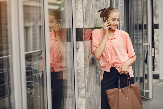 Chica elegante y con estilo en una ciudad veraniega