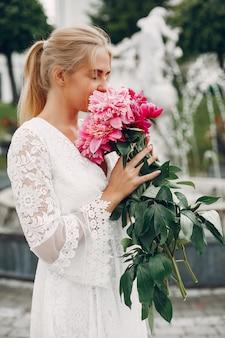 Chica elegante y con estilo en un jardín de verano