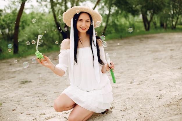 Chica elegante y con estilo en un parque de primavera