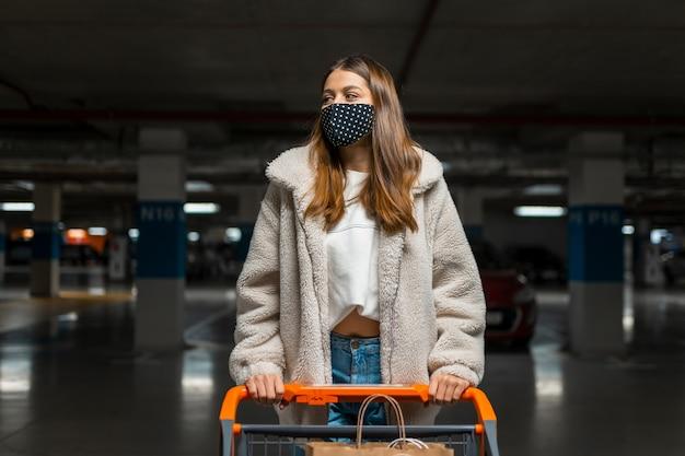 Chica elegante en máscara médica