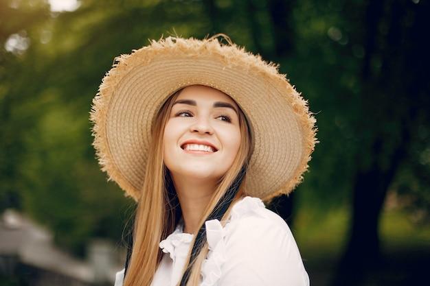 Chica elegante en un parque de primavera
