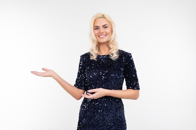 Chica en elegante vestido brillante con las manos sobre un fondo blanco de estudio