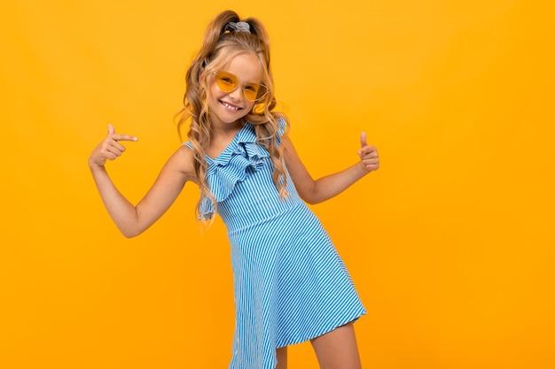 Chica elegante con un vestido de gafas brillantes