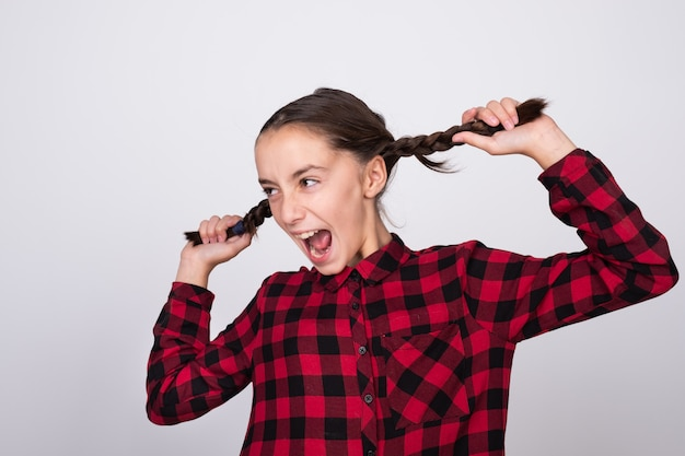Chica emocionada tirando de su cabello