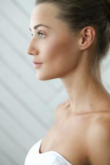 Chica encantadora con piel delicada